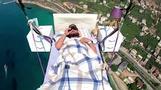 空でお昼寝、パラグライダー使いベッドで15分睡眠 トルコ(字幕・21日)