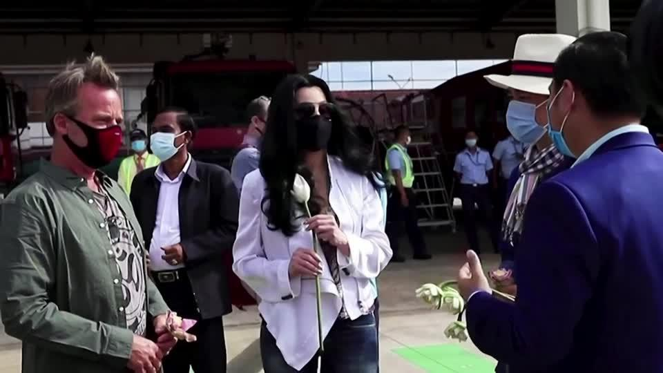 Cher greets Pakistan's lonely elephant in Cambodia