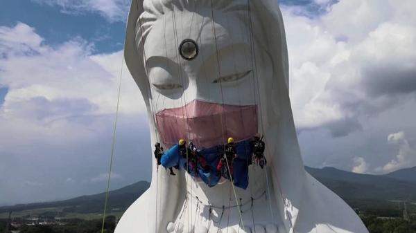 感染終息願い、高さ57メートルの観音像に巨大マスク 福島県(字幕・17日)