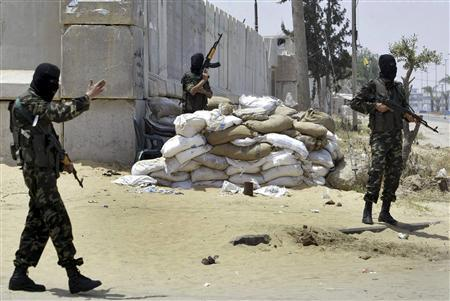 Palestinian Fatah gunmen take their positions at a street in Gaza, May 16, 2007. REUTERS/Ibraheem Abu Mustafa