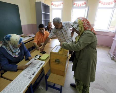7月22日、トルコで総選挙が行われ、多くの国民が投票所へ足を運んだ。 写真はイスタンブールの投票所で撮影(2007年 ロイター/Fatih Saribas)