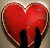 """<p>L'opera di Damien Hirst's """"All You Need Is Love"""" esposta alla casa d'aste Sotheby's a Londra, 5 dicembre 2007. REUTERS/Alessia Pierdomenico</p>"""