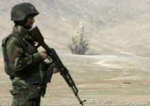 """<p>Военнослужащих афганской армии на фоне взрыва мин, изъятых министерством обороны страны 28 ноября 2007 года. Войска антитеррористической коалиции Афганистана захватили в плен двух высокопоставленных командиров движения """"Талибан"""", сообщило министерство обороны Афганистана в воскресенье. (REUTERS/Omar Sobhani)</p>"""