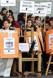 <p>Manifestanti spagnoli protestano contro la pena capitale davanti all'Ambasciata americana di Madrid. REUTERS/Desmond Boylan</p>