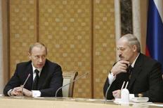 <p>Президент России Владимир Путин (слева) разговаривает с президентом Белоруссии Александром Лукашенко на встрече в Минске 14 декабря 2007 года. Мягкость, проявленная Россией на переговорах о цене газа с Белоруссией, позволит этой стране продлить искусственный экономический рост еще как минимум на год, отложив болезненные рыночные реформы, говорят эксперты. (REUTERS/RIA-Novosti/Kremlin)</p>