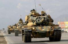 <p>Танки вооруженных сил Турции в провинции Сирнак на юго-востоке страны 18 декабря 2007 года. Турецкие войска вторглись на север Ирака, преследуя базирующихся в этом районе боевиков Рабочей партии Курдистана (РПК), сообщили представители иракских и турецких властей во вторник днем. (REUTERS/Anatolian/Cem Ozdel)</p>