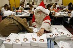 <p>A la poste de Libourne. Le père Noël semble résister aux assauts technologiques et malgré les SMS, courriels et sites internet communautaires, les traditionnelles lettres qu'il reçoit sont chaque année plus nombreuses. /Photo prise le 6 décembre 2007/REUTERS/Régis Duvignau</p>