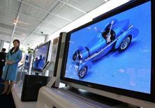 <p>Des écrans plats Panasonic, la marque phare du groupe Matsushita. Des discussions sont en cours entre Matsushita Electric Industrial et Hitachi sur la possibilité d'un accord dans les écrans plats, selon une source proche du dossier. /Photo d'archives/REUTERS/Yuriko Nakao</p>