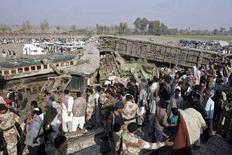 <p>Сошедший с рельсов поезд вблизи города Мехрабпур, Пакистан. 19 декабря 2007 года. Скорый поезд сошел с рельсов в Пакистане, в результате катастрофы погибли 58 человек, более 120 - ранены, сообщили власти. (REUTERS/Akram Shahid)</p>