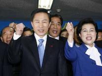 <p>Кандидат в президенты Южной Кореи Ли Мен Бак (слева) в штабе своей Великой национальной партии в Сеуле 19 декабря 2007 года. Новым президентом Южной Кореи, согласно данным exit-poll, избран Ли Мен Бак, бывший исполнительный директор Hyundai Group и экс-мэр Сеула, обещающий поддерживать бизнес и противостоять Северной Корее. (REUTERS/Nicky Loh)</p>
