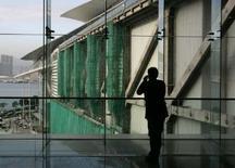 <p>Selon l'agence Chine nouvelle, Pékin va mettre en oeuvre en 2008 une réorganisation très attendue du secteur des télécoms, pour créer des acteurs de poids proposant à la fois des services de téléphonie fixe et mobile. /Photo prise le 16 janvier 2007/REUTERS/Bobby Yip</p>