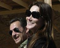 <p>Il presidente francese Nicolas Sarkozy sorride assieme alla nuova compagna, l'ex modella Carla Bruni, durante la loro visita in Egitto subito dopo Natale. REUTERS/Stringer</p>