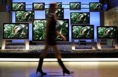 <p>Téléviseurs Panasonic. Matsushita Electric Industrial, maison mère de Panasonic, travaille avec le géant du web Google au développement de téléviseurs capables d'afficher du contenu tiré d'internet, comme des photos ou des vidéos. /Photo prise le 9 mars 2006/REUTERS/Christian Charisius</p>