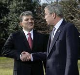 """<p>Президент Турции Абдулла Гюль (слева) пожимает руку президенту США Джорджу Бушу после встречи в Белом доме в Вашинготоне 8 января 2008 года. Президент США Джордж Буш хочет, чтобы Турция вступила в Европейский союз """"в интересах мира"""", назвав Анкару мостом между Европой и мусульманским миром. (REUTERS/Yuri Gripas)</p>"""