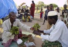 """<p>Vente de Khat, sur un marché kényan. Un pharmacologue éthiopien s'apprête à commercialiser du """"vin de khat"""", une boisson alcoolisée tirée du jus des feuilles de cet euphorisant cultivé sur les hauts-plateaux d'Abyssinie et très prisé dans la Corne de l'Afrique et la péninsule arabique. /Photo d'archives/REUTERS/Daud Yussuf</p>"""