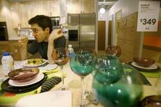 """<p>Un New-Yorkais de 31 ans, Mark Malkoff, a pris au mot un slogan publicitaire d'Ikea (""""Prêt à profiter de nous?"""") et s'est installé dans un magasin de cette marque à Elizabeth, dans le New Jersey. /Photo prise le 8 janvier 2008/REUTERS/Lucas Jackson</p>"""