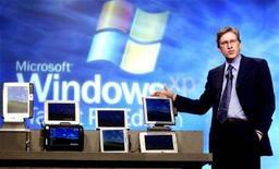 <p>Jeff Raikes mentre presenta un nuovo prodotto Microsoft qualche anno fa. REUTERS/Jeff Christensen JC</p>