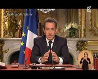 <p>Il presidente francese Nicolas Sarkozy pronuncia un discorso in televisione. REUTERS/France2 TV (FRANCE)</p>