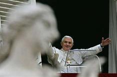 <p>Papa Benedetto durante l'Angelus. REUTERS/Max Rossi</p>