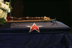 <p>Il feretro dello scalatore Sir Edmund Hillary ai funerali di stato a Auckland. REUTERS/Brett Phibbs/Pool</p>