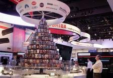 <p>Le groupe japonais diversifié dans l'électrique et l'électronique Toshiba fait état d'une baisse de 24,8%, plus forte que prévu, de son bénéfice d'exploitation pour le trimestre octobre-décembre, attribuée à la baisse du prix des mémoires flash. /Photo prise le 7 janvier 2008/REUTERS/Steve Marcus</p>