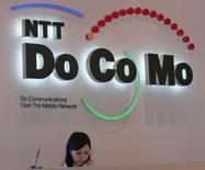 <p>NTT DoCoMo, le premier opérateur mobile japonais, affiche une hausse de 35% de son bénéfice trimestriel, due notamment à la réduction des coûts commerciaux, et prévoit une très légère hausse de ses profits sur l'ensemble de l'exercice en cours. /Photo d'archives/REUTERS/Toshiyuki Aizawa</p>