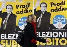 """<p>Женщина проходит мимо плаката """"Прощай Проди - выборы немедленно"""" на одной из улиц Рима, 28 января 2008 года. Сторонники бывшего премьер-министра Италии Сильвио Берлускони в понедельник потребовали от президента страны провести досрочные выборы в парламент, которые, по данным опросов общественного мнения, могут вернуть к власти миллиардера-консерватора. (REUTERS/Max Rossi)</p>"""