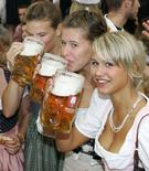 <p>Девушки в традиционных баварских костюмах пьют пиво на открытии пивного фестиваля Октоберфест в Мюнхене, 17 сентября 2005 года. Продажи немецкого пива упали в прошлом году наиболее сильно за последние десять лет после роста в 2006 году, когда в Германии проходил Чемпионат мира по футболу. Федерация пивоваров также винит в таком стремительном падении продаж холодную погоду и увлечение молодежи крепкими спиртными напитками. (REUTERS/Michaela Rehle/Files)</p>