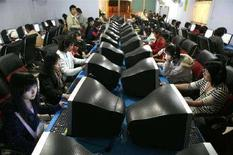 <p>Ragazzi alle prese con i computer in un Internet cafe a Xichang, in Cina. REUTERS/ Nir Elias</p>