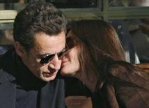 <p>La first lady Carla Bruni bacia il presidente Nicolas Sarkozy ad un bar nei giardini del Castello di Versailles, vicino a Parigi, all'indomani del loro matrimonio in forma privata all'Eliseo. REUTERS/Antoine Gyori</p>