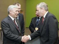 <p>Министр обороны Украины Юрий Ехануров (слева) и генсек НАТО Яап де Хооп Схеффер пожимаю руки на саммите альянса в Вильнюсе, 7 февраля 2008 года. НАТО рассмотрит отношения с Украиной на саммите в апреле, и на данный момент решение по поводу вступления Украины в НАТО не принято, сообщил генсек Яап де Хооп Схеффер в четверг. (REUTERS/Stringer)</p>
