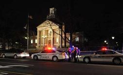 <p>Полиция оцепила здание мэрии в городе Кирквуд, недалеко от Сент-Луиса, 7 ферваля 2008 года. Пятидесятилетний мужчина расстрелял шесть человек в пригороде американского города Сент-Луис Кирквуде, после чего был убит полицейскими, сообщила полиция в пятницу. (REUTERS/Tim Parker)</p>