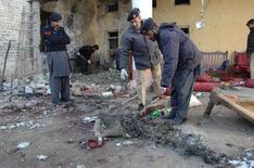 <p>Представители властей обследуют место взрыва в городе Чарсадда 10 февраля 2008 года. Как минимум 14 человек погибли в результате взрыва на митинге в городе Чарсадда, сообщил представитель министерства внутренних дел Пакистана Джавеб Икбал Чима в субботу. (REUTERS/Ammad Waheed)</p>