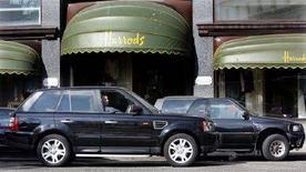 <p>Alcuni Suv davanti ai magazzini di Harrods. REUTERS/Luke MacGregor</p>