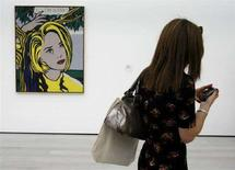 "<p>Una ragazza usa il suo Blackberry davanti ad un'opera di Roy Lichtenstein intitolata "" I...I'm Sorry"" al County Museum of Art di Los Angeles. REUTERS/Fred Prouser (UNITED STATES)</p>"