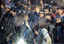<p>Immagine d'archivio di scontri allo stadio. REUTERS/Alessandro Garofalo (ITALY)</p>