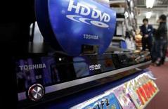 <p>Consommateurs et investisseurs ont salué lundi la fin probable d'une guerre des formats pour la prochaine génération de DVD, dans la mesure où Toshiba semble sur le point d'abandonner la norme HD DVD, laissant le champ libre au Blu-Ray et à son rival Sony. /Photo prise le 17 février 2008/REUTERS/Yuriko Nakao</p>