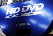 <p>Le groupe japonais Toshiba va cesser de promouvoir la norme de DVD haute définition HD DVD, concédant officiellement sa défaite face à la norme Blu-ray, développée par Sony et défendue par plusieurs grands studios de cinéma et distributeurs américains. /Photo prise le 28 février 2008/REUTERS/Issei Kato</p>