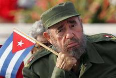 <p>Президент Кубы Фидель Кастро на майском параде в Гаване 1 мая 2005 года. Бессменный лидер Кубы Фидель Кастро заявил о намерении уйти с поста главы государства, говорится в заявлении Кастро, опубликованном на веб-сайте газеты Granma. (REUTERS/Claudia Daut)</p>
