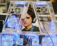 <p>Un ragazzo ascolta musica al computer. REUTERS PICTURE</p>