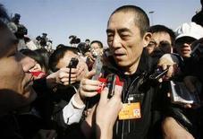 <p>Il regista cinese Zhang Yimou circondato dai giornalisti oggi. REUTERS/Claro Cortes</p>