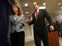 <p>Il governatore di New York Eliot Spitzer con la moglie Silda Wall dopo aver parlato con i media nel suo ufficio di New York. REUTERS/Shannon Stapleton</p>