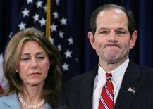 <p>Il governatore di New York Eliot Spitzer con la moglie Silda Wall Spitzer durante la conferenza stampa di scuse di ieri. REUTERS/Shannon Stapleton (UNITED STATES)</p>