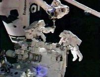 <p>Gli astronauti Rick Linnehan (a sinistra) e Mike Foreman (a destra) lavorano all'assemblaggio del robot dell'Agenzia spaziale canadese Dextre il 15 marzo 2008. REUTERS/NASA TV</p>