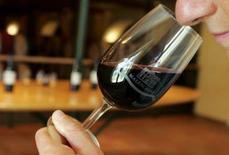<p>Les assureurs des Lloyd's de Londres ont assuré pour cinq millions d'euros l'un des plus grands producteurs et gastronome de vin du Bordelais contre la perte de son organe ou de son sens de l'odorat. /Photo d'archives/REUTERS/Régis Duvignau</p>