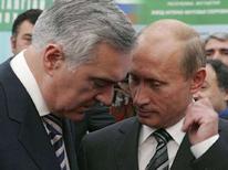 <p>Президент России Владимир Путин (справа) разговаривает с президентом южной российской республики Ингушетия Зязиковым в Сочи. 21 сентября 2007 года. (REUTERS/RIA-Novosti/Kremlin)</p>