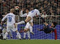 <p>Il genoano Marco Borriello segna il gol contro l'Inter. REUTERS/Alessandro Garofalo</p>
