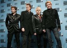 <p>Британская группа Duran Duranна церемонии вручения наград American Music Awards в Лос-Анджелесе, 18 ноября 2007 года. Мировое турне знаменитой британской группы Duran Duran началось с конфуза во время концерта в Новой Зеландии, во время которого вокалист Саймон Ле Бон забыл слова песни, а бас-гитарист Джон Тейлор вообще ушел со сцены. (REUTERS/Mario Anzuoni)</p>