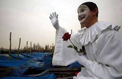 <p>Исполнитель роли Пьеро на традиционном карнавале в Венеции 13 февраля 2003 года. Американские ученые обнаружили и воспроизвели запись народной песни, сделанной французским изобретателем за 17 лет до того, как Томас Эдисон изобрел фонограф. (REUTERS/Stefano Rellandini)</p>