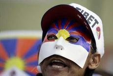 <p>Un manifestante pro-Tibet protesta davanti all'ambasciata cinese a Madrid. REUTERS/Susana Vera</p>